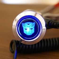 Зарядка для телефона с логотипом автомобиля